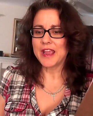 Curvy Wife Gianna Jones Spreads Bush(720p)