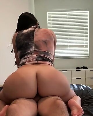Mom With Giant Ass Tries Hookup App