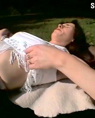 Hairy Muschi im Park spielt mit dem Dildo